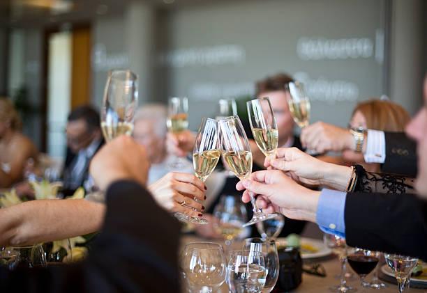 El protocolo del vino: Las copas en la mesa y el brindis